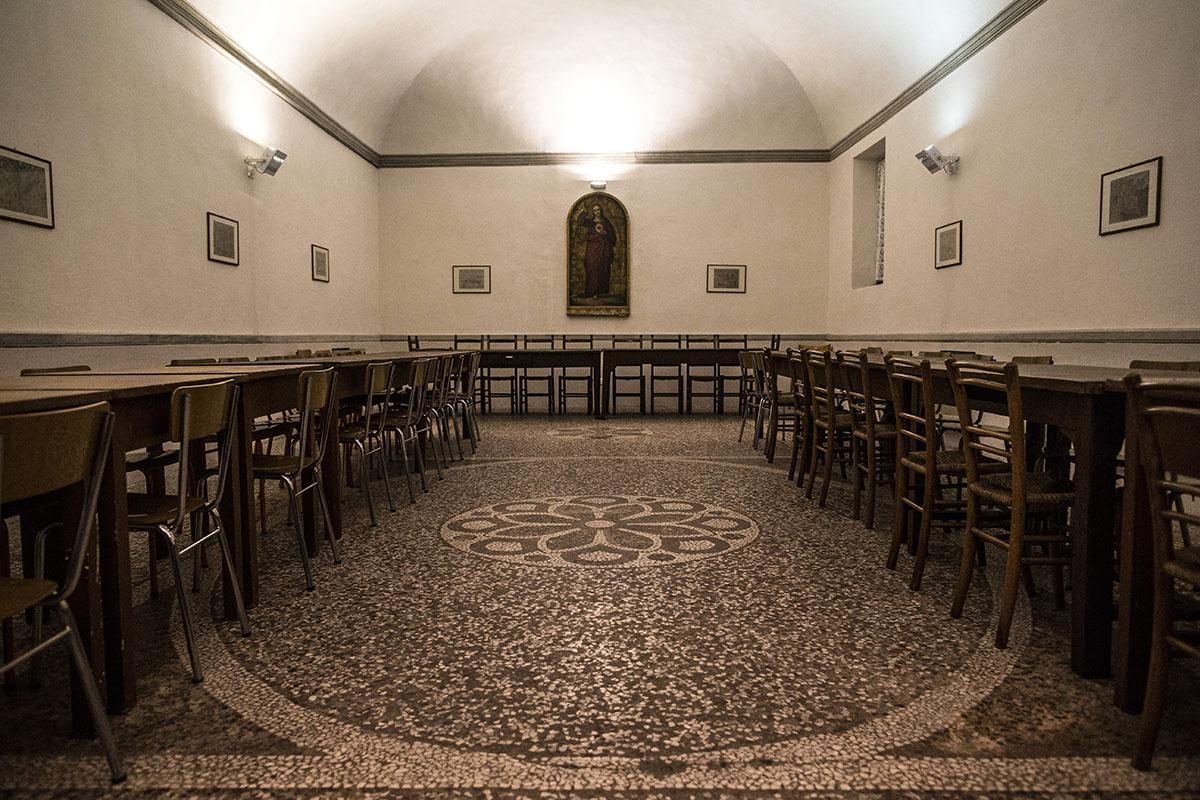I tavoli della mensa della carità